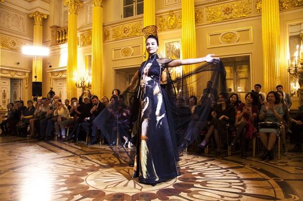 越南丝绸和土锦亮相俄罗斯首都莫斯科 hinh anh 3