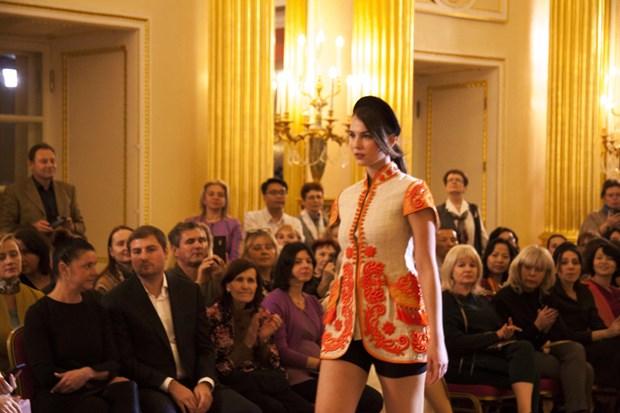 越南丝绸和土锦亮相俄罗斯首都莫斯科 hinh anh 2