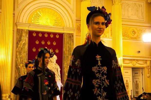 越南丝绸和土锦亮相俄罗斯首都莫斯科 hinh anh 1