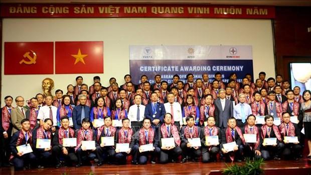 胡志明市100多名电气工程师获得东盟专业证书 hinh anh 1