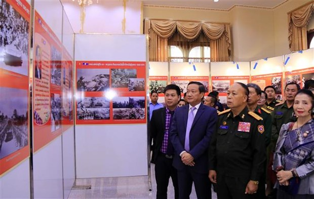 援老越南志愿军和专家传统日70周年图片展在老挝正式开幕 hinh anh 2