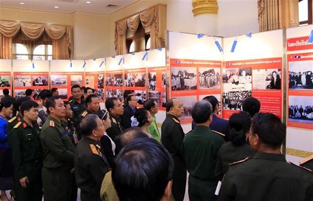 援老越南志愿军和专家传统日70周年图片展在老挝正式开幕 hinh anh 1