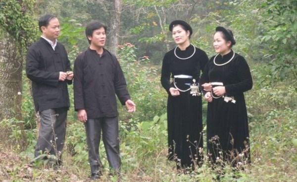 """越南高平省岱依族人和侬族人的""""南偶""""歌和交换毛巾信物习俗 hinh anh 1"""