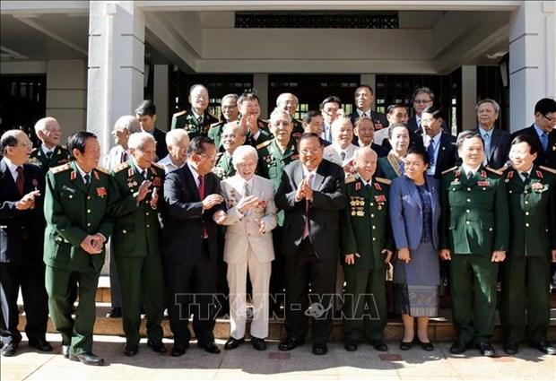 老挝人民革命党总书记、国家主席本扬会见前越南援老志愿军和专家代表团 hinh anh 1