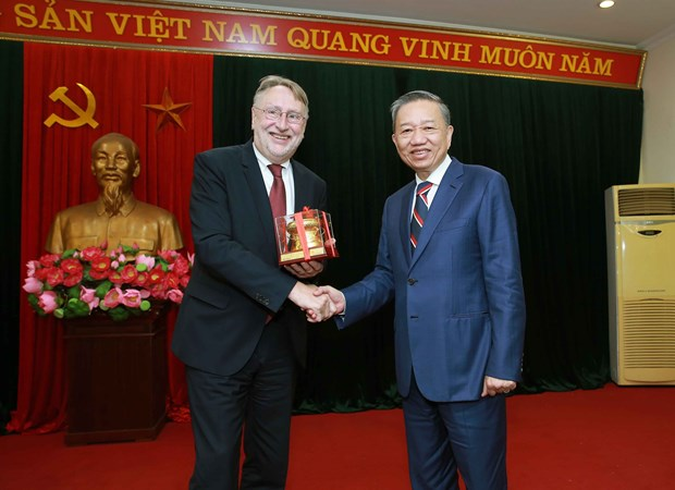 越南公安部部长苏林大将会见欧洲议会国际贸易委员会主席 hinh anh 1