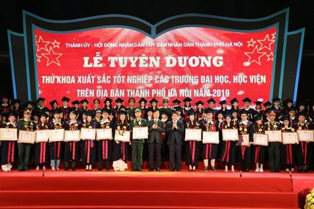 河内市86名优秀毕业生获表彰 hinh anh 1