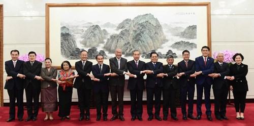 中国外长王毅会见东盟十国驻华使节 hinh anh 1