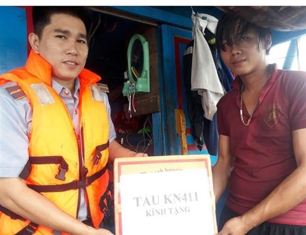 成功救助在平顺海域上遇险的渔船和渔民 hinh anh 1