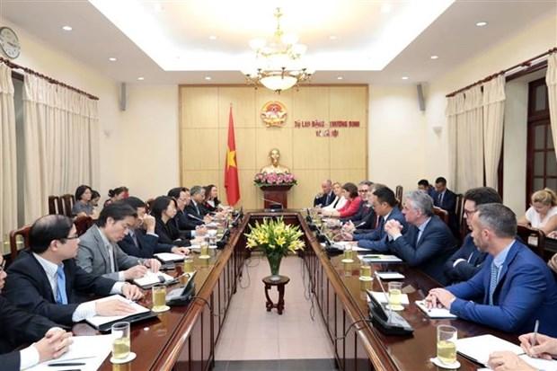 越南劳动荣军与社会部部长会见欧洲议会国际贸易委员会主席 hinh anh 2