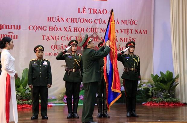 越南党和国家向老挝人民军集体和个人授予勋章 hinh anh 1