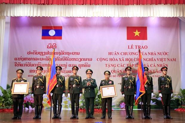 越南党和国家向老挝人民军集体和个人授予勋章 hinh anh 2