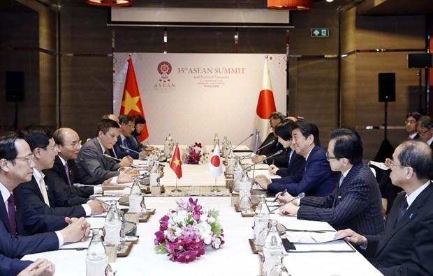 阮春福会见日本首相安倍晋三 结束赴泰出席第35届东盟峰会和相关会议之行 hinh anh 2