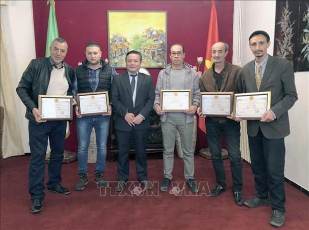 越南驻阿尔及利亚大使馆向阿尔及利亚制片人和记者授予奖状 hinh anh 1