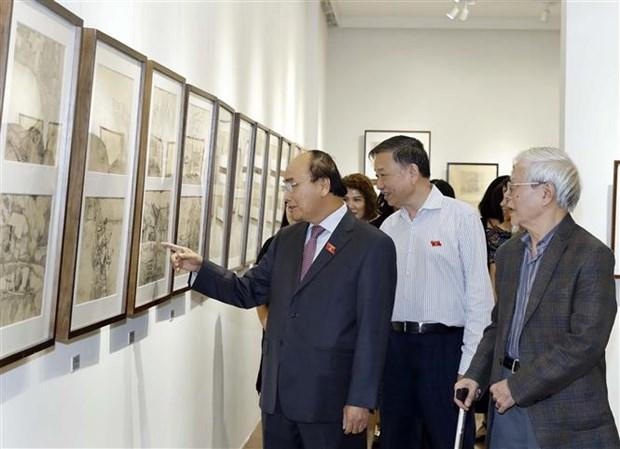 越南政府总理阮春福参观吴孟麟画家的画展 hinh anh 1