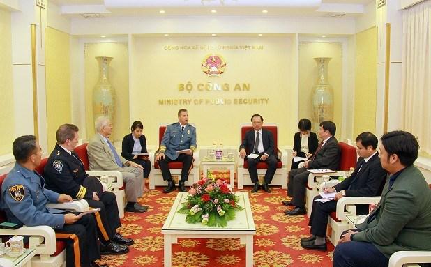 越南公安部与美国执法联盟、国际警察首长协会加强合作 hinh anh 1