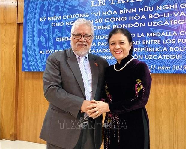 """委内瑞拉驻越大使荣获""""致力于各民族和平友谊""""纪念章 hinh anh 1"""