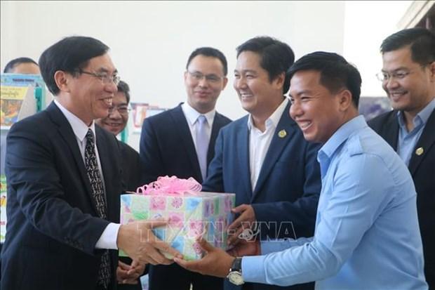 越南向柬埔寨磅士卑省图书馆赠送500套书籍 hinh anh 1