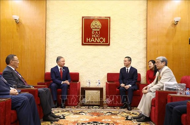 哈萨克斯坦议会下院议长与河内大学教师与大学生交流 hinh anh 1