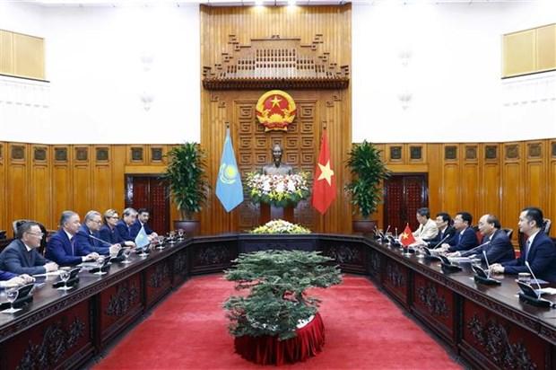 越南政府总理阮春福会见哈萨克斯坦下议院议长尼格马图林 hinh anh 2
