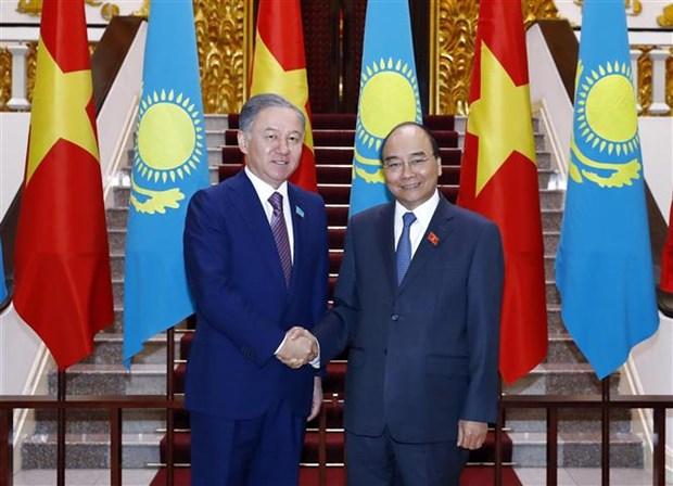 越南政府总理阮春福会见哈萨克斯坦下议院议长尼格马图林 hinh anh 1