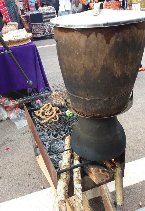 泰族人家里必不可少的东西——铜蒸锅 hinh anh 1