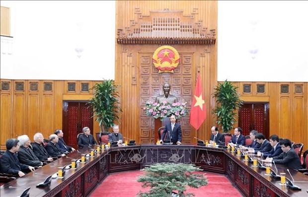 越南政府总理阮春福会见越南主教理事会代表团 hinh anh 1