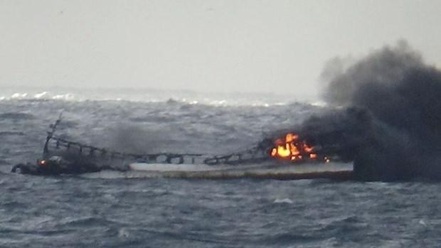 韩国总统指示尽快对发生火灾致包括越南船员失联的一渔船采取救援工作 hinh anh 1