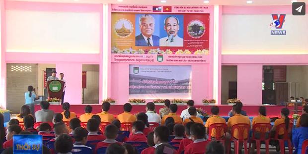 阮攸老越双语学校举行越南教师节纪念活动 hinh anh 1