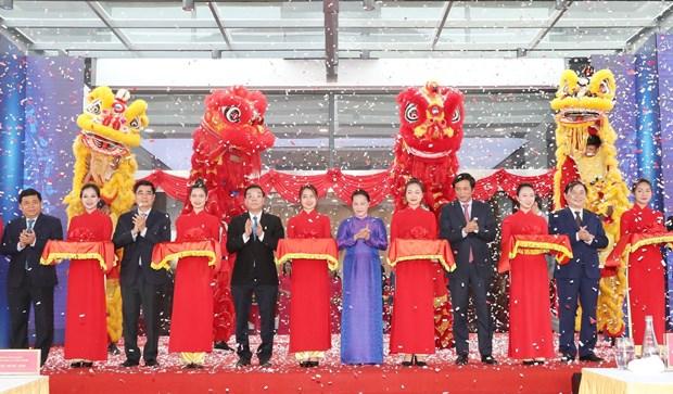 越南国会主席阮氏金银视察和乐高新技术园区 hinh anh 1