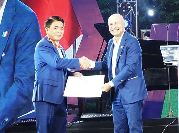 河内市人民委员会副主席荣获意大利的功绩勋章 hinh anh 1