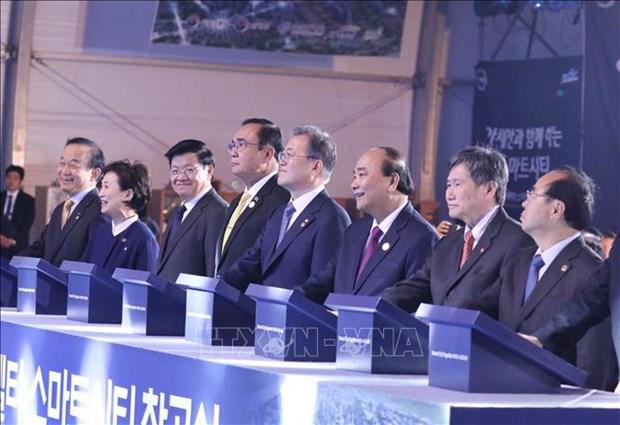 越南政府总理阮春福出席韩国釜山生态三角洲智慧城动工仪式 hinh anh 1