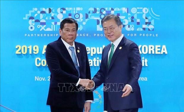东盟-韩国峰会:韩国和菲律宾领导人同意促进自由贸易协定谈判 hinh anh 1