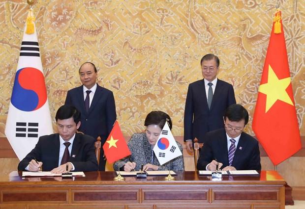 政府总理阮春福与韩国总统文在寅举行会谈 hinh anh 2