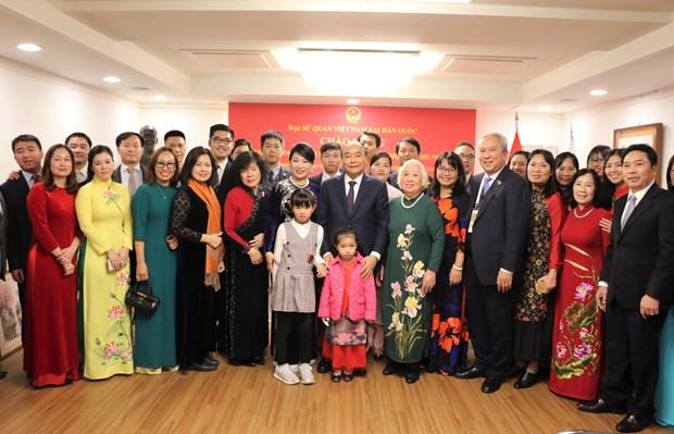 阮春福总理走访越南驻韩国大使馆 hinh anh 1