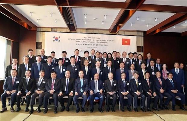 越南政府总理阮春福与韩国一流投资商举行座谈会 hinh anh 1