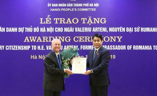 河内向罗马尼亚驻越南前大使授予首都河内名誉公民称号 hinh anh 1