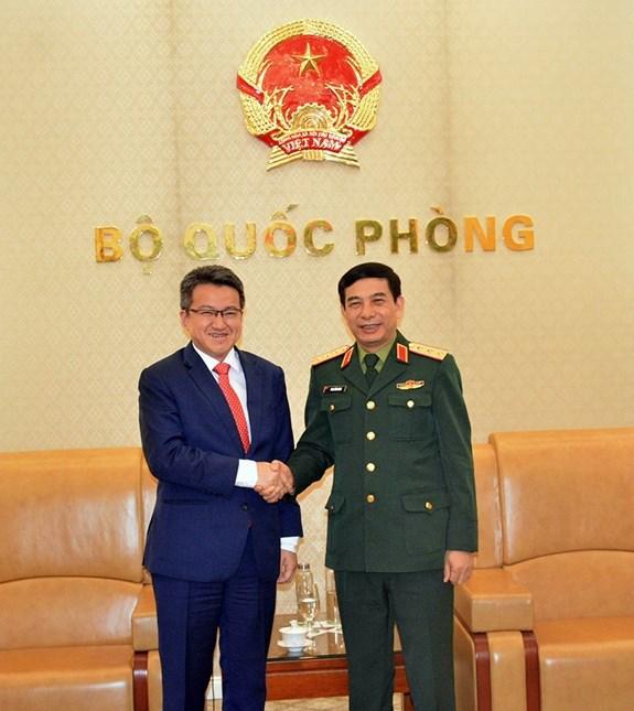 潘文江上将会见马来西亚国防部副部长刘镇东 hinh anh 1
