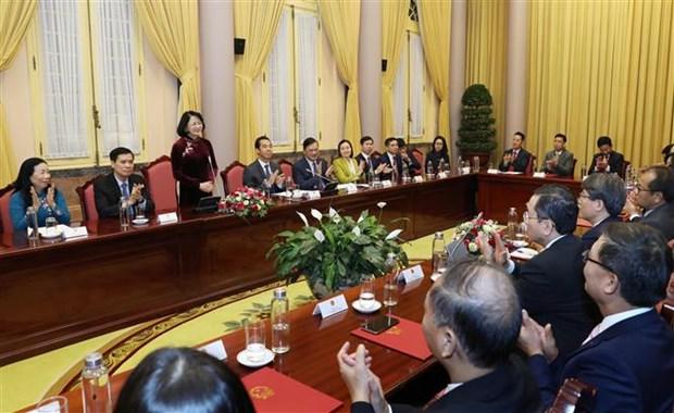 国家副主席邓氏玉盛向新任驻外的16位大使颁发任命书 hinh anh 2