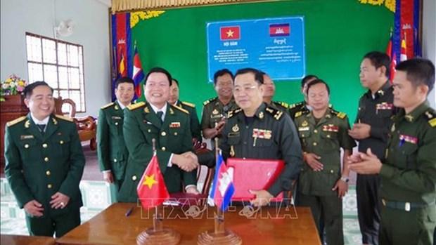 越南得农省军事指挥部同柬埔寨蒙多基里省军事小区评估2019年合作结果 hinh anh 1