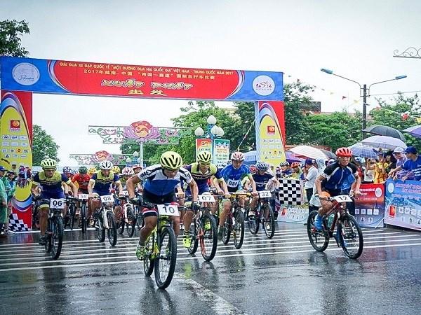 """2019年越南·老街与中国·红河""""两国一赛道""""国际自行车赛结束 hinh anh 3"""