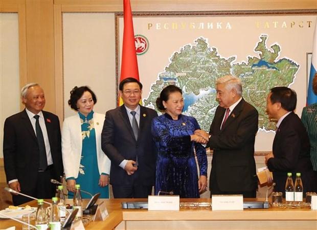 越南国会主席阮氏金银看望旅居俄罗斯鞑靼斯坦共和国越南人代表 hinh anh 1