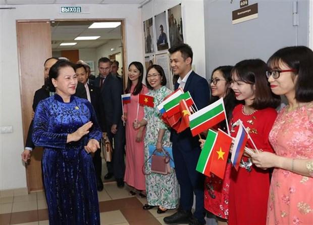 越南国会主席阮氏金银看望旅居俄罗斯鞑靼斯坦共和国越南人代表 hinh anh 2