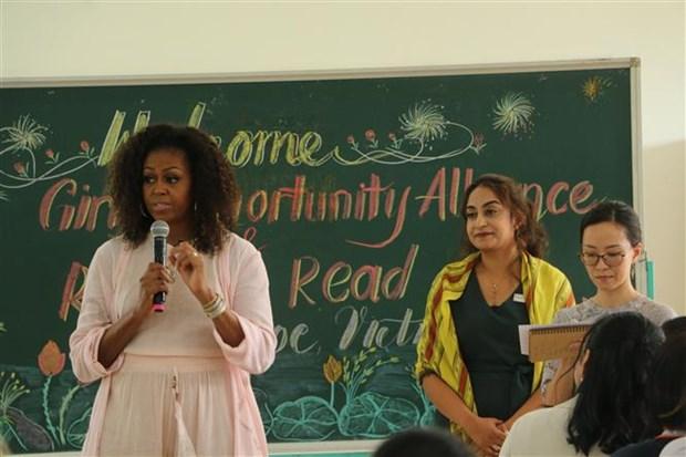 美国前总统夫人造访越南隆安省芹若高中 hinh anh 1