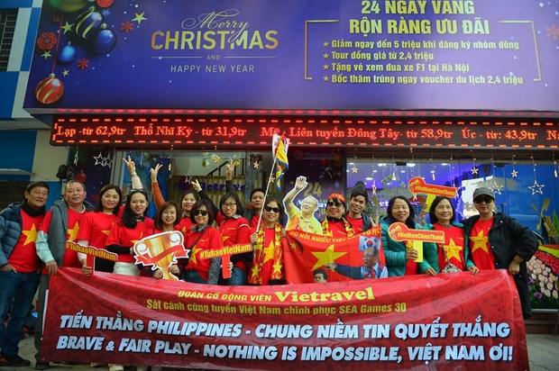 第30届东南亚运动会:越南球迷纷纷赴菲为越南U22男足加油鼓劲 hinh anh 1