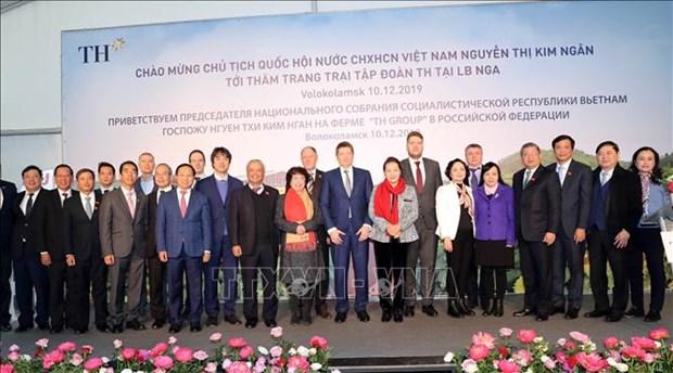 越南国会主席阮氏金银造访越南驻俄罗斯大使馆 hinh anh 2