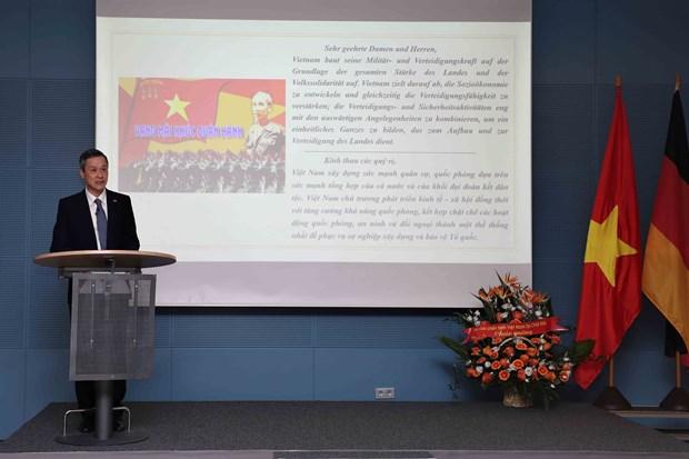越南全民国防日30周年和越南人民军建军75周年纪念典礼在德国举行 hinh anh 1