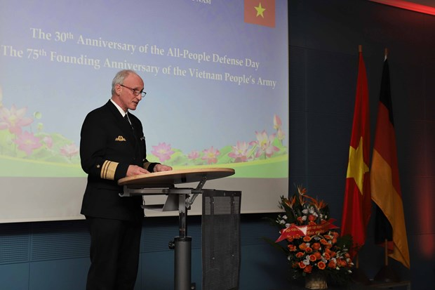 越南全民国防日30周年和越南人民军建军75周年纪念典礼在德国举行 hinh anh 3