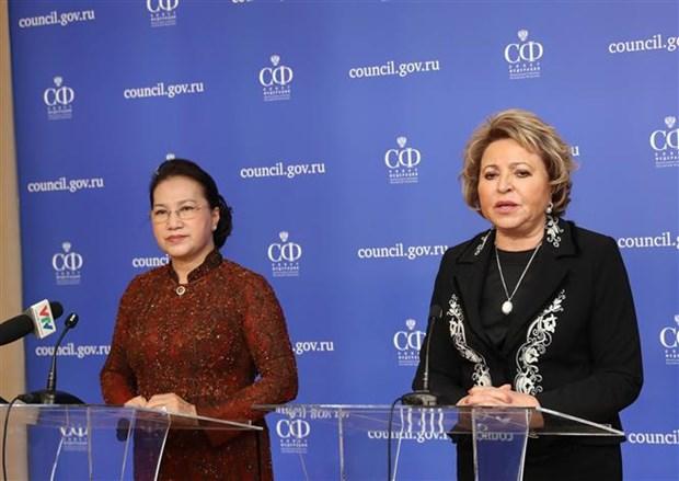 越南国会主席与俄罗斯联邦委员会主席共同会见记者 hinh anh 1