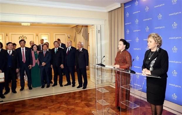 越南国会主席与俄罗斯联邦委员会主席共同会见记者 hinh anh 2