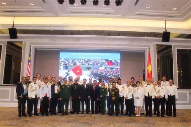 越南人民军建军75周年和越南全民国防日30周年庆典在马来西亚举行 hinh anh 1